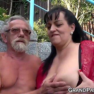 Vollbusige Großmutter BLÄST Big Old Schwanz und bekommt Sperma in Vierer