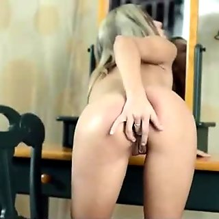 Eurobabe Tracy finger fucks her coochie