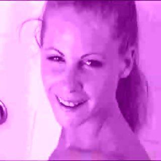젊은 금발의 샤워에서 분무기를 사용하여 그녀의 음핵을 마시 며 딜도를 사용합니다.