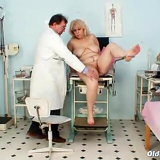 Veľké prsia mamy dostane jej obidve diery správne kontrolované zvrátelé gynekológ