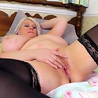 Mature sex bomb mother with huge juicy tits