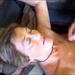 Gezicht van OMA bespat met sperma
