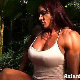 Sexig skrymmande bärnsten strippar ner och gnuggar hennes stora klitta