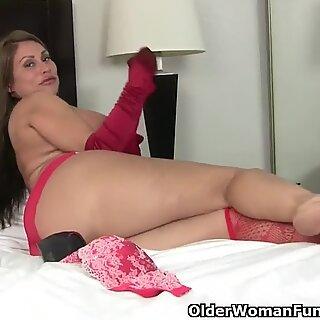 Americano Milf Sheila si sente cattiva in lingerie rossa
