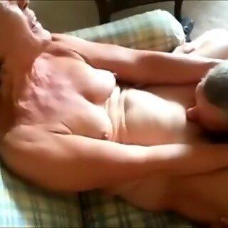 Cuckolding Mummo saa hänen Tussun syödään H: n edessä