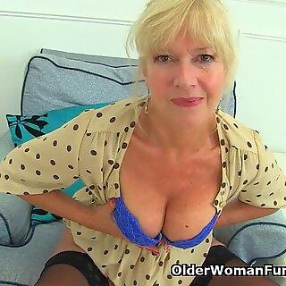 ISO-Britannia MILF Sapphire Louise antaa hänelle fannylle hyvän sormen vittu