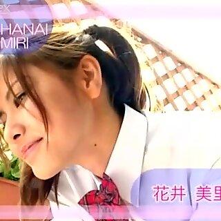 Pollastrella con treccini Miri Hanai fa smorfia sulla fotocamera